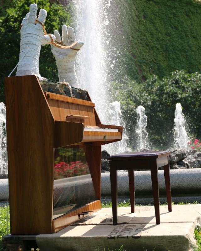 Klavier Kinderspiel von Sonja Born vor dem bayerischen Landtag - München 2016 - traditionsWerk